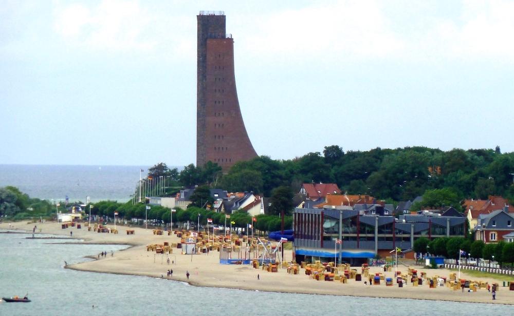 Strand, Hallenbad und Marineehrenmal Laboe